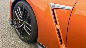 2017-nissan-gt-r.-35 amblem jant turuncu siyah mavi
