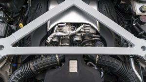 aston-martin-db11-v8 siyah motor